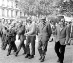 De droite à gauche : le cinéaste d'origine suisse Jean-Luc Godard, le poète Alain Jouffroy, le poète Jacques Roubaud, le philosophe Gilles Deleuze, le poète communiste Eugène Guillevic marchent, en compagnie des membres du Syndicat des acteurs. Paris, 29 mai 1968. / AFP / ARCHIVES / JACQUES MARIE
